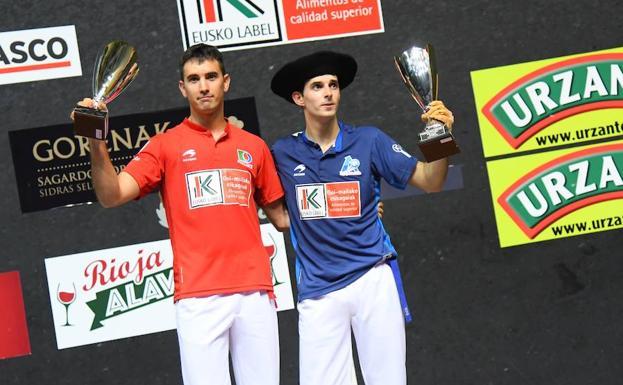 Altuna III y Urrutikoetxea con los trofeos del Cuatro y Medio