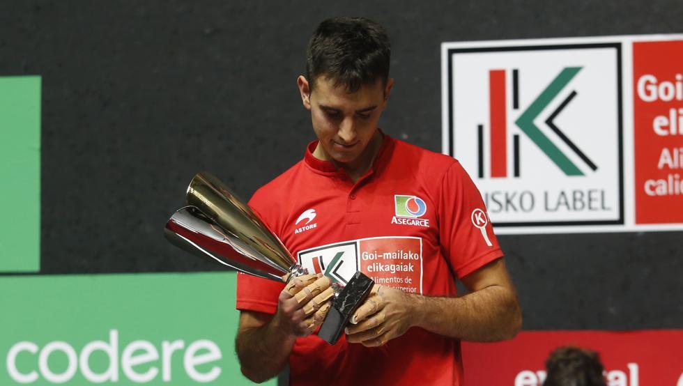 Urrutikoetxea, con el trofeo de subcampeón del Cuatro y Medio