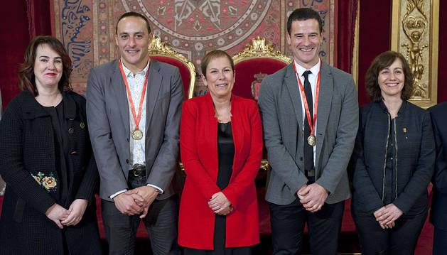 Mtz de Irujo y Barriola reciben la medalla de oro