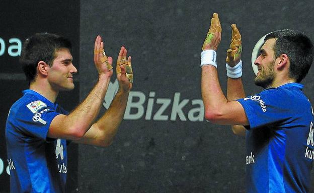 José Javier Zabaleta y Joseba Ezkurdia se saludan a la conclusión del partido del Bizkaia