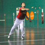 Jaka golpea una pelota contra Laso