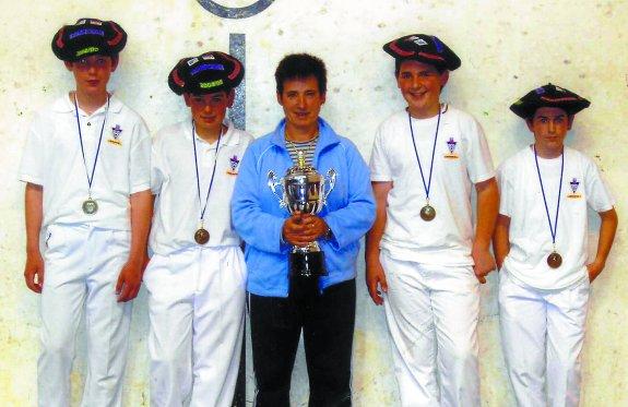 Beñat Rezusta, Mikel Gallastegi, Reyes Azkoitia, Igartua y Zabaleta, tras ganar el título de Gipuzkoa alevín para Bergara hace doce años.