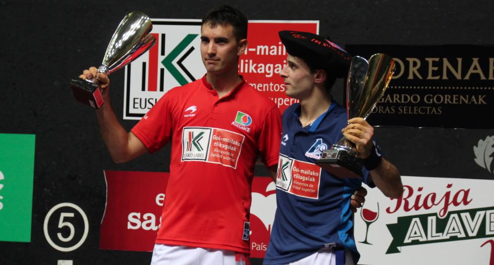 Altuna III y Urrutikoetxea saludan al público con los trofeos