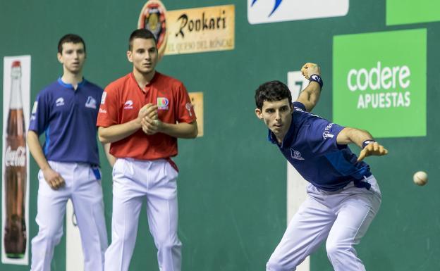 Jokin Altuna se dispone a golpear la pelota de derecha ante Ander Imaz ayer en Pamplona
