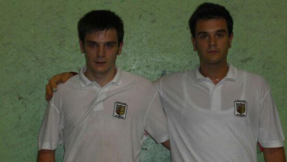 Danel (izquierda) y Ander (derecha), tras jugar como pareja en el último partido como aficionado del primero