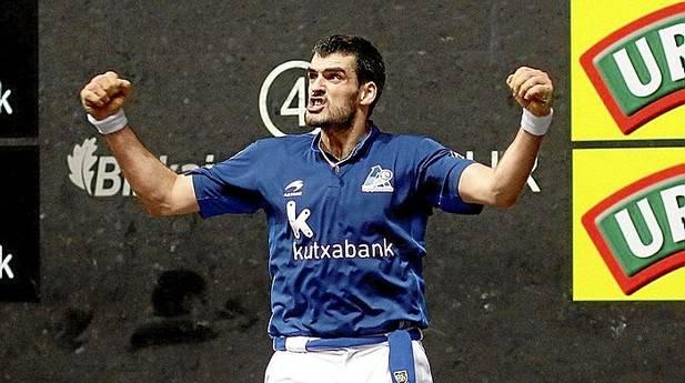 Joseba Ezkurdia celebra, brazos en alto, uno de los trece tantos que consiguió ayer