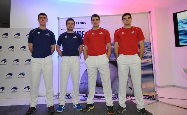 Los cuatro finalistas posan con las nuevas equipaciones para la final