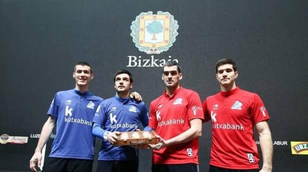 Beñat Rezusta, Danel Elezkano, Joseba Ezkurdia y José Javier Zabaleta posan con el material que pondrán en juego hoy en el Bizkaia