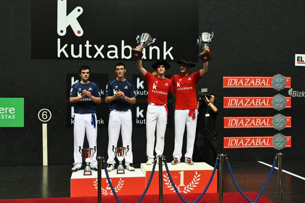 Ezkurdia y Zabaleta en el podio con el trofeo y la txapela