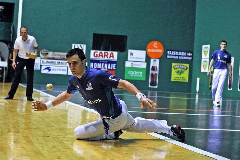 Danel Elezkano trata de restar la pelota durante un partido de la liguilla en el Labrit