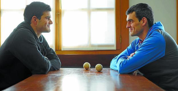 José Javier Zabaleta y Joseba Ezkurdia se miran intentando contener la sonrisa en la sociedad de Arbizu