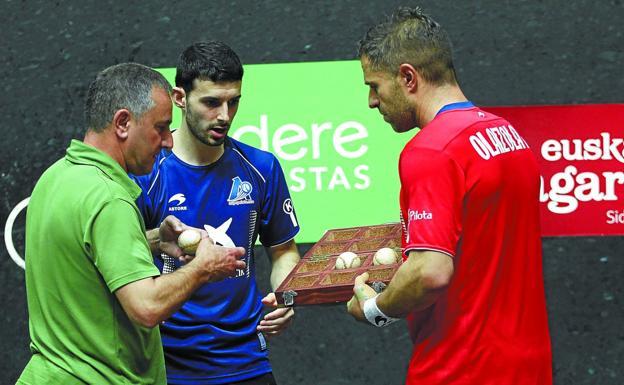Martin Alustiza, seleccionador de material, recoge las pelotas de la final de manos de Jokin Altuna y Aimar Olaizola