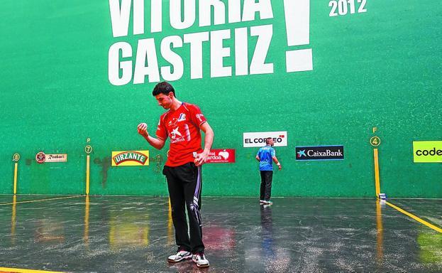 Jokin Altuna prueba una pelota ayer en el Ogueta de Gasteiz. Detrás, Aimar Olaizola