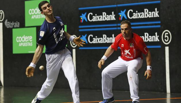 Altuna III golpea a una pelota en la final manomanista en mayo, en el frontón Bizkaia de Bilbao