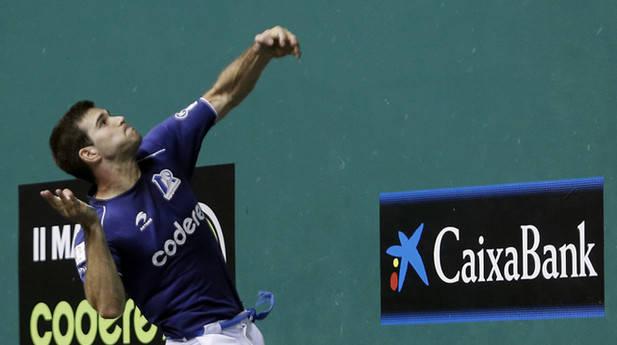 José Javier Zabaleta se fuerza a restar una pelota saltando y de volea en un lance del encuentro de ayer