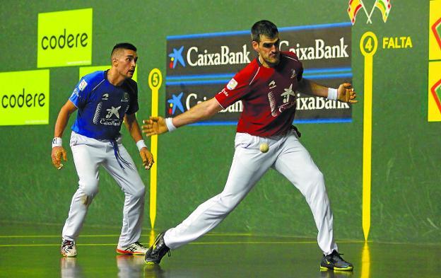 Joseba Ezkurdia se dispone a golpear de derecha ante Víctor Esteban ayer en el Adarraga de Logroño
