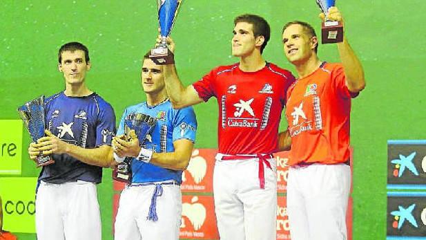 Olaizola y Zabaleta festejan su victoria en el Donostia Hiria alzando los trofeos, ante Rezusta y Arteaga