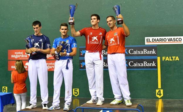 Rezusta observa y Arteaga II aplaude a los campeones del Donostia Hiria, Zabaleta y Olaizola II, ayer en el Atano III