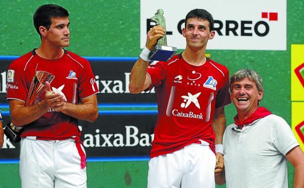Zabaleta y Altuna III con Fernando Palacios, hijo de Ogueta, en el podio tras ganar la feria de La Blanca de Gasteiz