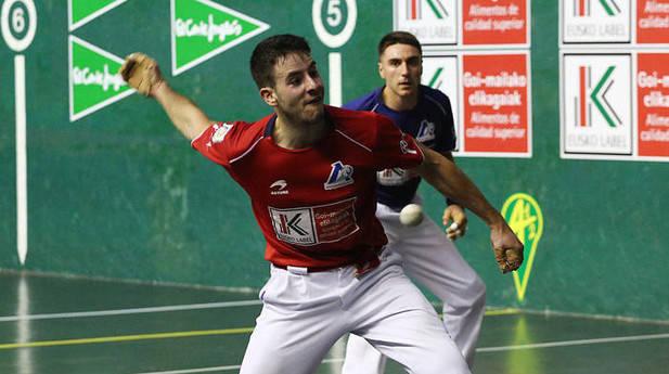 Darío Gómez consiguió el tercer puesto en el Cuatro y Medio de Segunda. El riojano venció ayer en Tolosa a Peio Etxeberria por 22-11
