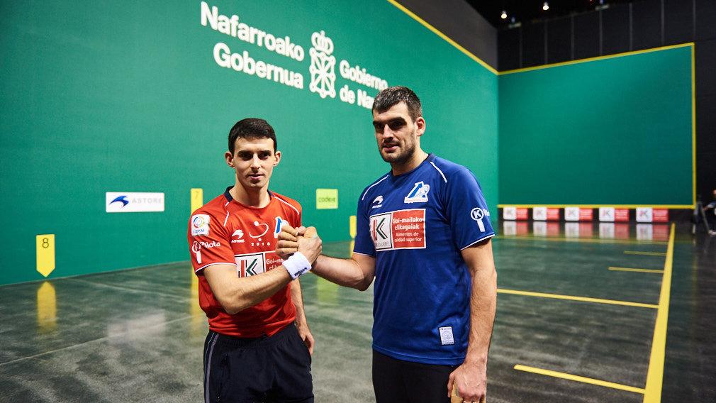 El guipuzcoano Jokin Altuna y el navarro Joseba Ezkurdia eligen el material para la final del Campeonato del Cuatro y Medio que se disputará en el Navarra Arena el domingo 18