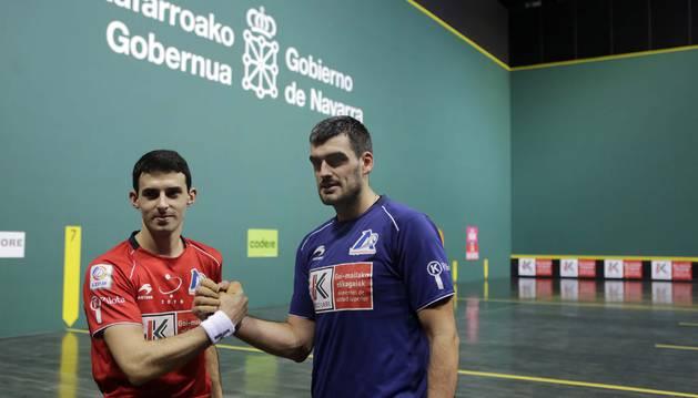 Jokin Altuna y Joseba Ezkurdia simulan echar un pulso tras la elección de material para la final del Cuatro y Medio del domingo en el Navarra Arena.