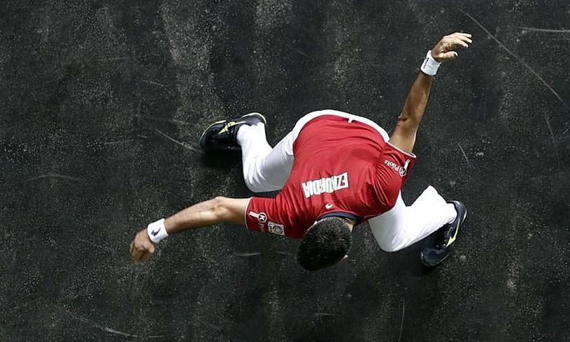 Joseba Ezkurdia, pilota ezkerrez astintzeko prestatzen, Masters torneoko finalean. Igandean Nafarroa Arena pilotalekura itzuliko da