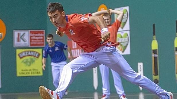 Mikel Urrutikoetxea alcanza una pelota en el ancho después de un remate de Joseba Ezkurdia