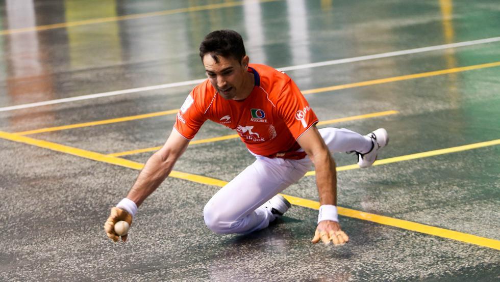 Mikel Urrutikoetxea trata de llegar a la pelota