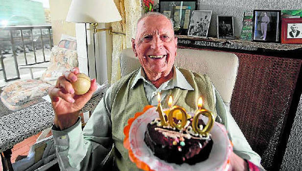 Miguel Gallastegi, en su domicilio de Donostia, a unas pocas horas de cumplir los 100 años, el pasado mes de febrero