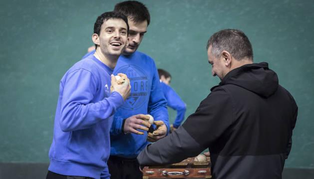 Altuna, sonriente mientras Elezkano II y el seleccionador Martín Alústiza completaban el lote en el Labrit