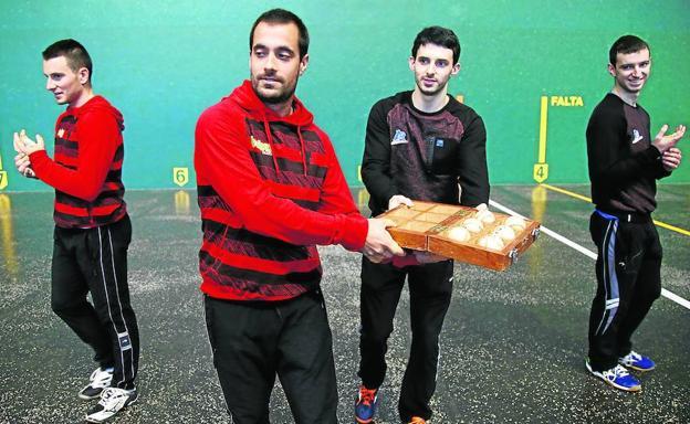 Bengoetxea VI y Altuna III sostienen la caja con el material seleccionado para el duelo del domingo en el Atano III