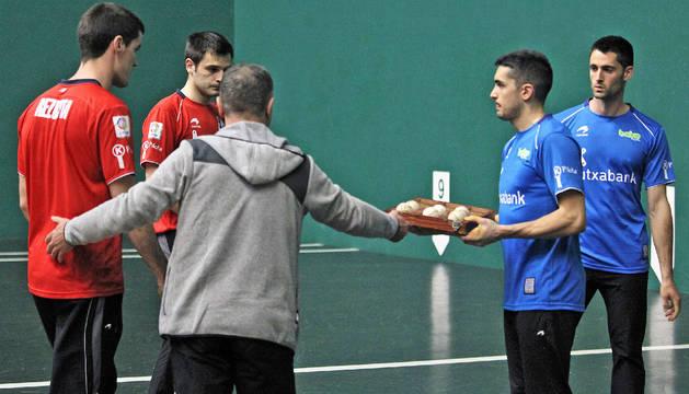 El seleccionador Martín Alustiza entrega a Víctor la caja con las seis pelotas que se pusieron en juego en el Labrit
