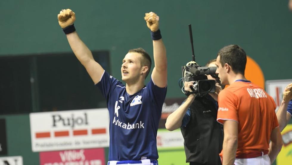 Elordi celebra la victoria en la final del Parejas Promoción