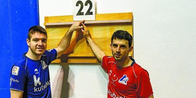 Iker Irribarria y Jokin Altuna señalan el cartón 22 ayer en el Astelena de Eibar, donde se enfrentan mañana