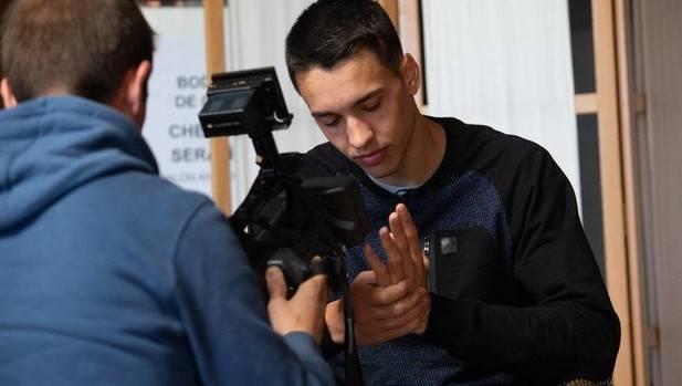 Javier Zabala posa ante las cámaras de televisión