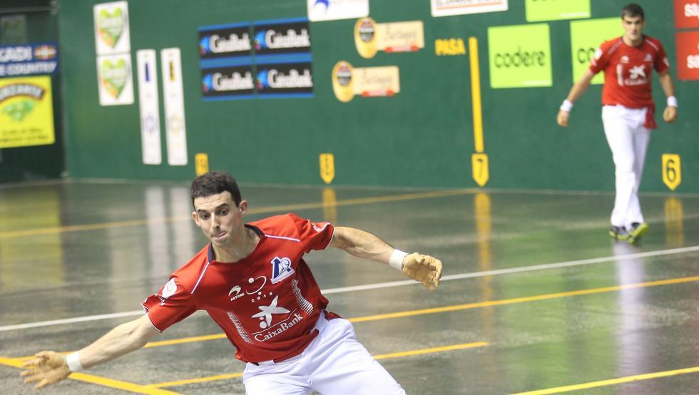 Jokin Altuna intentando golpear una pelota difícil
