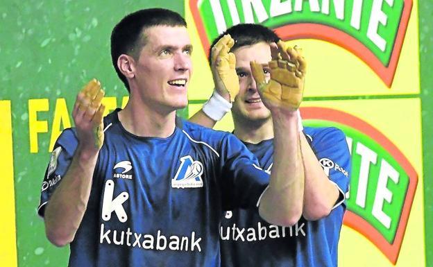 Rezusta y Elezkano II aplauden a los aficionados tras lograr la clasificación para la final en el Atano III de San Sebastián.