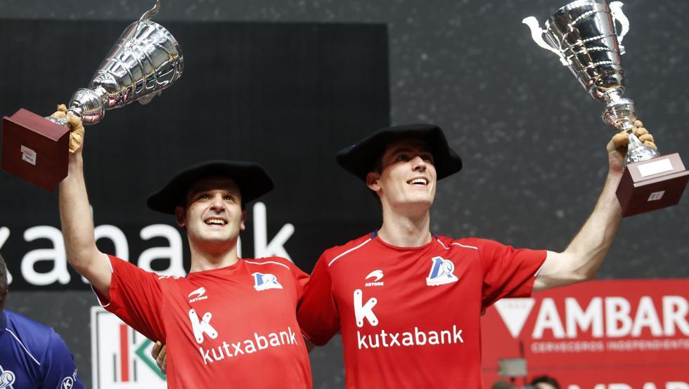 Elezkano II y Rezusta, en el podio con las txapelas