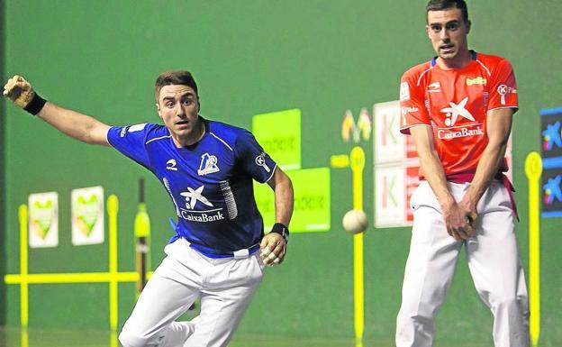 Peio Etxeberria corre a devolver la pelota mientras Agirre se queda quieto para no molestarle ayer en el Adarraga de Logroño