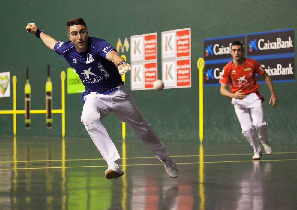 Peio Etxeberria se lanza a por una pelota en presencia de Asier Agirre en el Adarraga