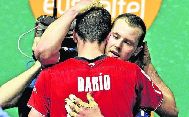 Elordi abraza al vencedor Darío tras la derrota