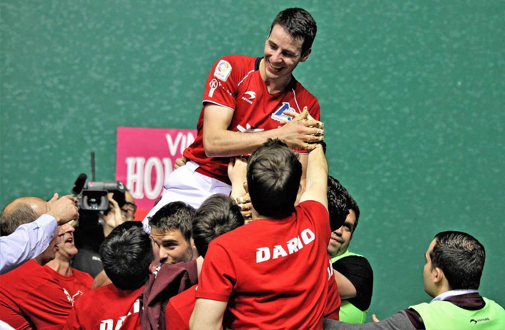 Los incondicionales de Darío celebran la victoria en el Manomanista de Promoción con el delantero de Ezcaray, este sábado en el Labrit