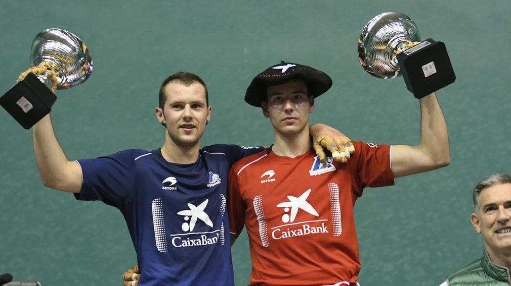 Los pelotaris Darío y Elordi muestran sus trofeos en el frontón Labrit