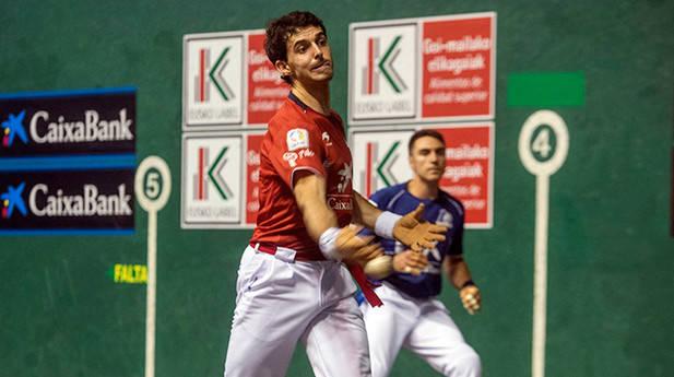 Jokin Altuna realizó un partido soberbio ante Peio Etxeberria en el Astelena de Eibar