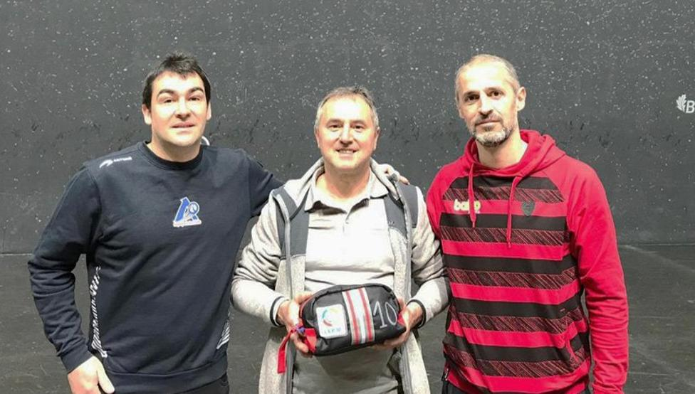 Jon Apezetxea, Martín Alustiza y Rubén Beloki, en el frontón Bizkaia
