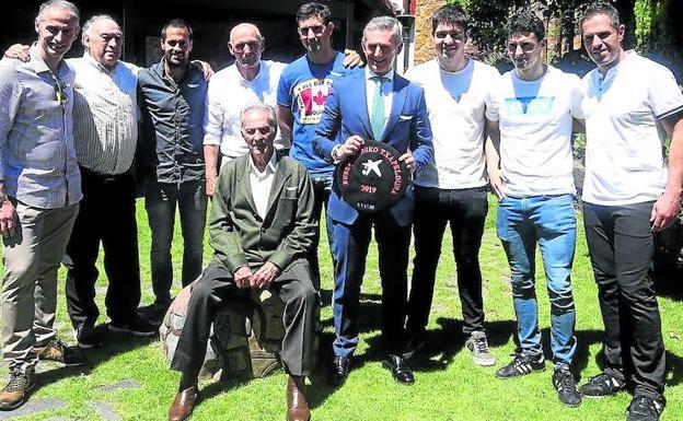 Nueve campeones del Manomanista, junto con el patrocinador que sostiene la txapela, se dieron cita en la tradicional comida en Sondika