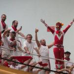 Un aficionado disfrazado de Power Ranger disfruta de un partido de la feria de San Fermín del pasado año