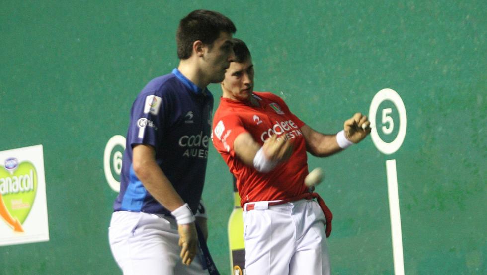 Urrutikoetxea golpea la pelota ante la mirada de Elezkano