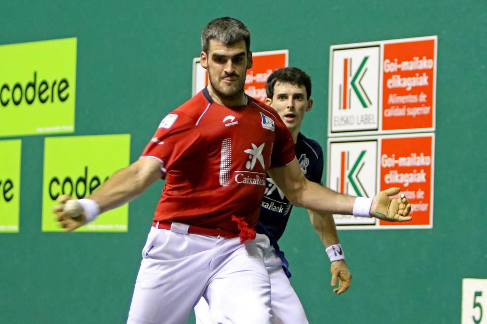 Ezkurdia golpea a la pelota en la feria de San Fermín en el Labrit
